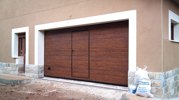 Port n seccional con puerta portones for Puertas de metal con diseno