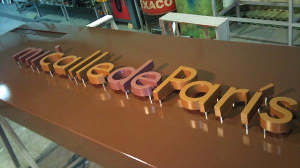 letras de PVC fresadas y lacadas